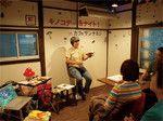 京都のカフェで8月に行われたきのこライター・堀博美氏のトークイベントの模様。壁にもきのこ。