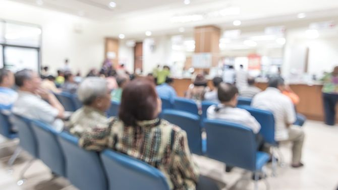 病院の会計窓口で順番を待つ人々