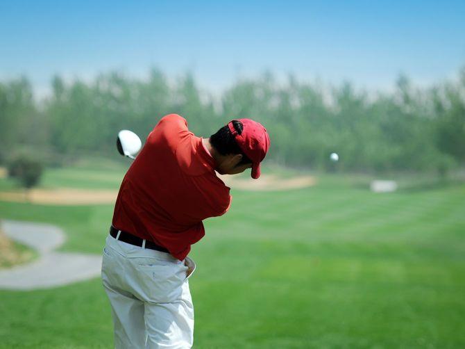 ゴルフ選手強力なプレー