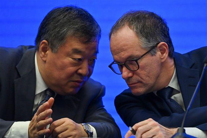 合同専門家チーム中国側グループ長の梁万年(りょう・ばんねん)氏(左)と話すWHO側責任者のピーター・ベン・エンバレク氏。2月9日、中国・武漢での記者会見にて。