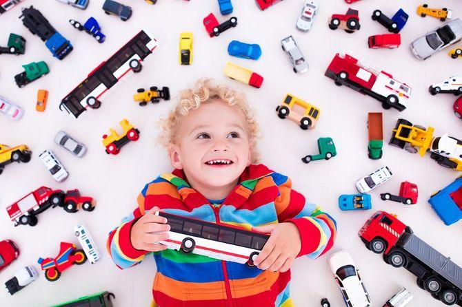 おもちゃに囲まれた子供