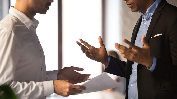 アフリカ系アメリカ人の従業員の仕事に不満を持つエグゼクティブマネージャーをクローズアップ