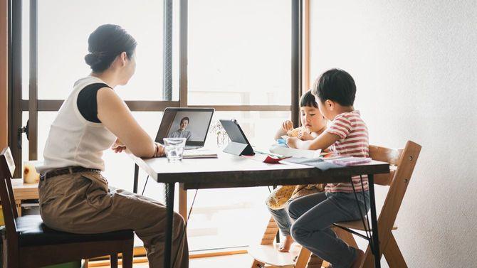 子供と一緒に自宅で働く母親