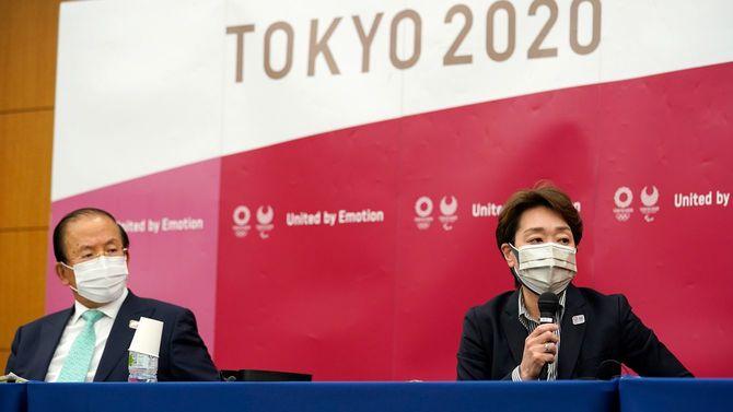 東京五輪・パラリンピック組織委員会の5者協議後の記者会見に臨む橋本聖子会長(右)と武藤敏郎CEO(2021年4月28日、日本・東京)。