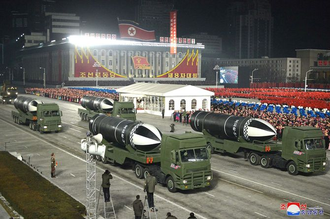 2021年1月14日、北朝鮮・平壌で、軍事パレードに登場した新型潜水艦発射弾道ミサイル(SLBM)とみられる兵器。「北極星5」と記されている