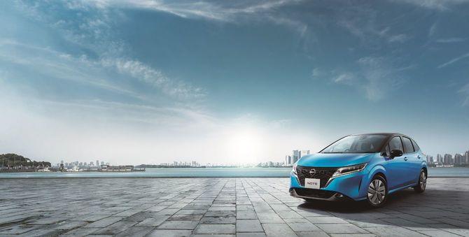 日産自動車の新型ノートが駐車されている風景