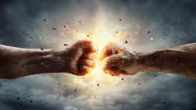 衝突する二人の拳、背景には嵐の空