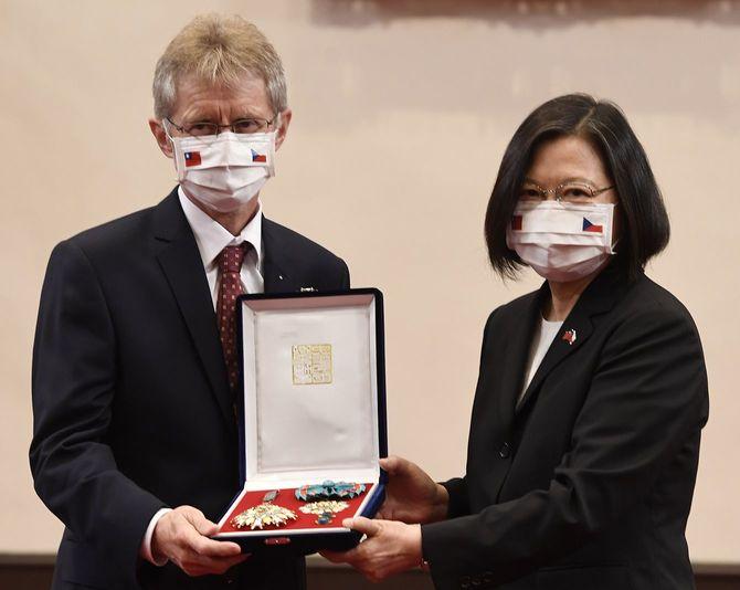 写真撮影に応じるチェコのミロシュ・ビストルチル上院議長(左)と台湾の蔡英文総統