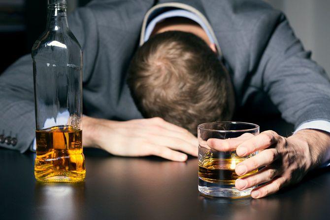 アルコール依存症のビジネスマン