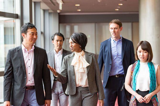 国際実業家は徒歩一緒にオフィスビルの廊下