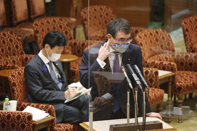参院内閣委員会の閉会中審査で答弁する河野太郎行政改革担当相(右)。左後方は西村康稔経済再生担当相