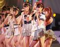 投票券つきCDは初日に90万枚を売り上げた(第3回AKB選抜総選挙でライブを披露するAKB48のメンバー・日本武道館)。(PANA=写真)