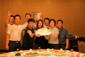 中国の工場の人たちと田澤恵津子さん(中央)