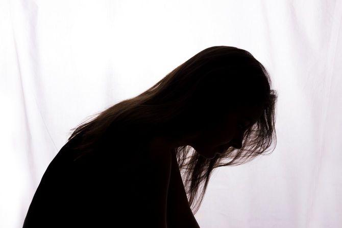 問題のある若い女性のシルエット