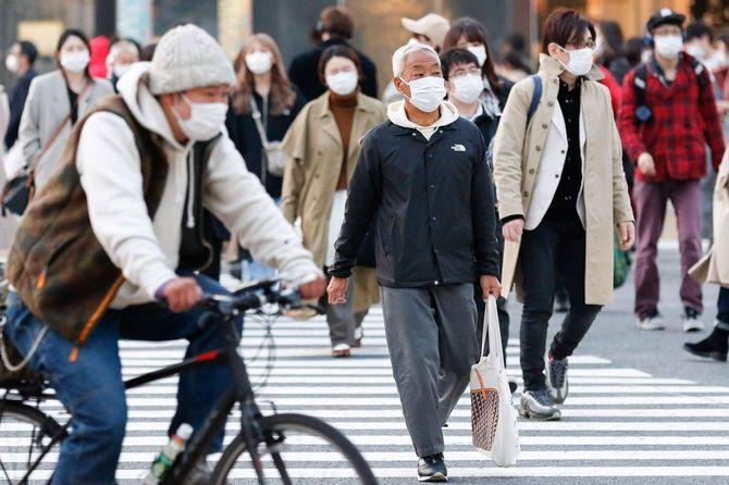 マスクをして渋谷スクランブル交差点を行き交う人々