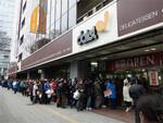 震災から9日目。3月21日13時ごろの店頭。依然として行列は続いていた(ダイエー提供)。