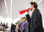 発言の際は、どうしても声が小さくなりがち。メガホンは東会長の発案で赤と青が使われている。