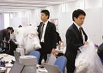 同社では男性はスーツとネクタイを着用し、女性も上着を着ている。ジーンズをはいた人はいない。