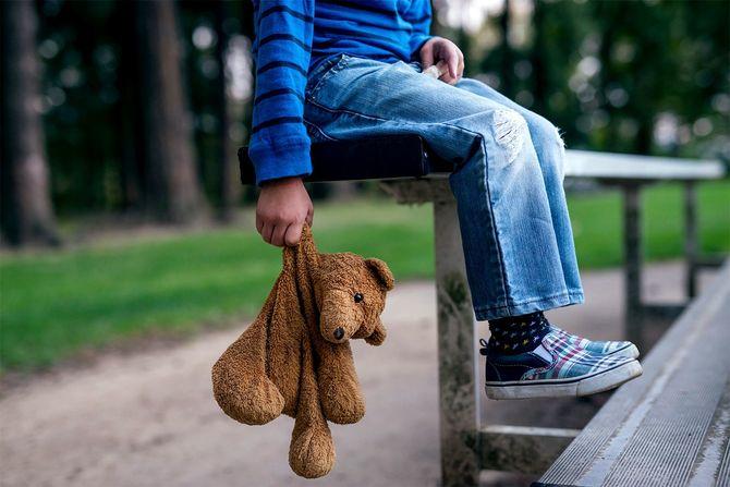 テディベアを抱いた少年