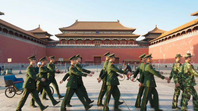 紫禁城を行進する中国の兵士たち