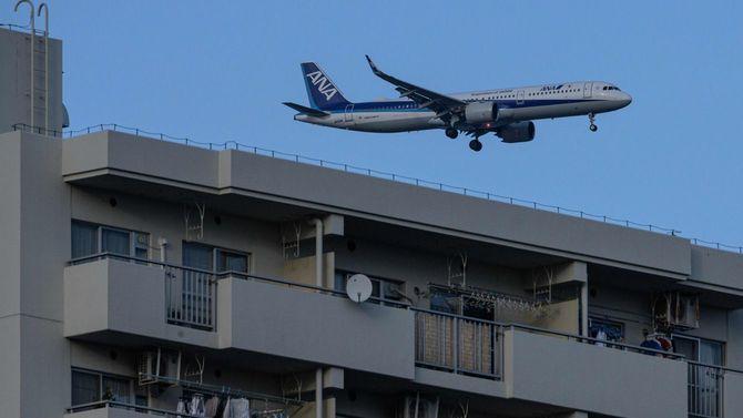 離着陸数が増加する東京。南風の吹く都心上空を、全日空機が羽田空港新ルートを実機で試験飛行した=2020年2月12日