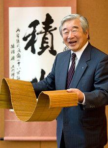 <strong>積水化学工業社長 大久保尚武</strong>●1940年、北海道生まれ。62年東京大学法学部卒。同年、積水化学工業入社。89年取締役、93年常務、97年専務、九九年副社長を経て同年6月より現職。大学時代にボート競技の日本代表としてローマ五輪に出場。現在、日本ボート協会の会長も務める。手にしているのは創立60周年を記念し社内表彰のために製作した『孫子』の竹簡。