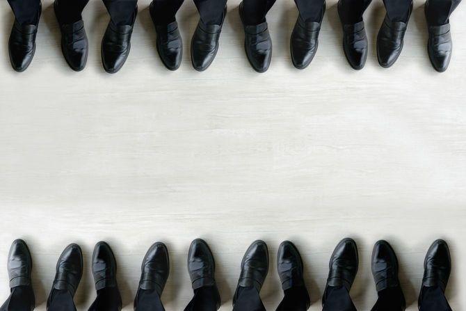 同じ靴を履いた足元が並ぶ