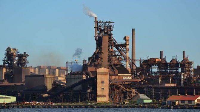今年改修される日本製鉄室蘭製鉄所の高炉(中央)。AIが導入されるなど最新鋭の高炉になる。