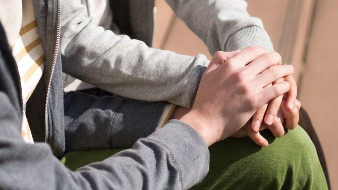手をつなぐ若いカップル