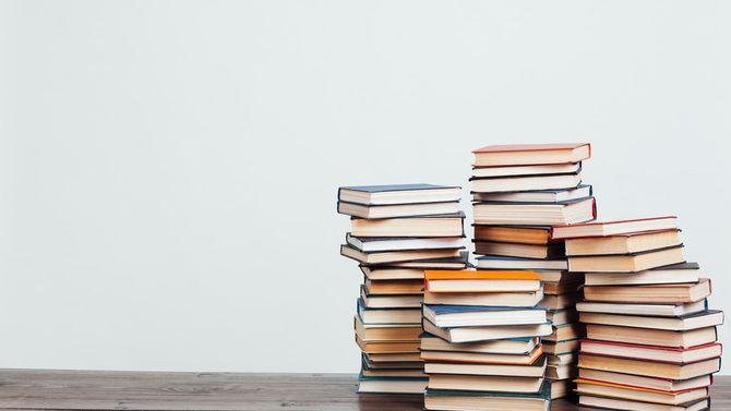 多数の積まれた書籍
