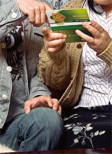 兵庫県神戸市在住<br> 夫●40歳妻●44歳<br> 長女(4歳)と春恵さんの母(75歳)との4人暮らし。年収は憲治さんが約700万円、春恵さんが約400万円。ご自宅のリビングルームで取材。「普段は見ることないやろ、こんなマイナスばっかりの通帳。見てご覧よ」(春恵さん)