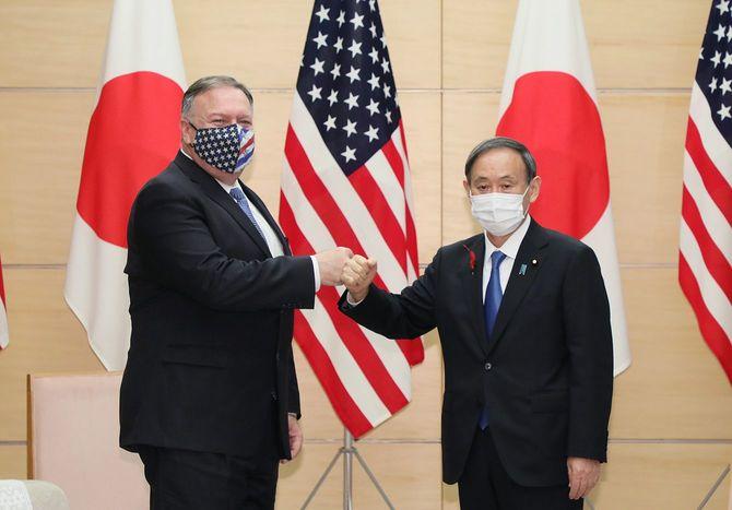 ポンペオ米国務長官(左)の表敬を受ける菅義偉首相
