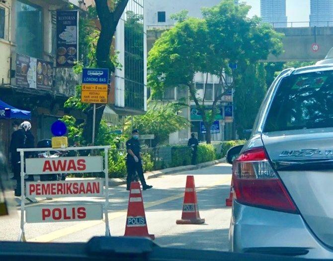 首都クアラルンプールでは至るところで検問が行われ、行き交う車の通行理由などが細かく問われている