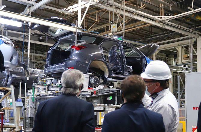 アルゼンチン・ブエノスアイレス州のトヨタ生産工場が再稼働した5月27日、視察に訪れたフェルナンデス大統領ら。