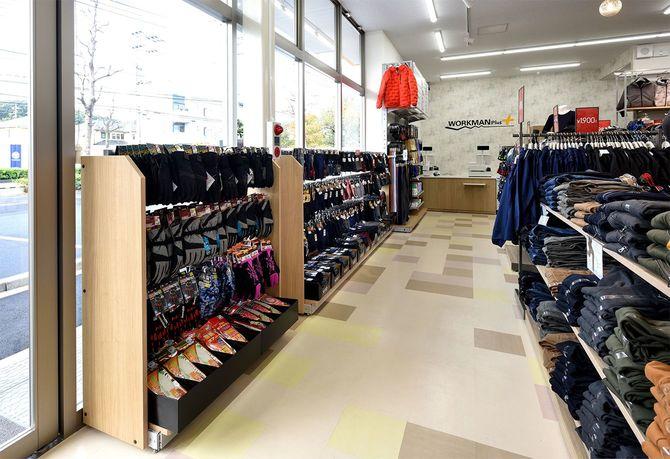 ワークマンプラス路面店の内観。値札を見ずに買い物をする人が多いという。
