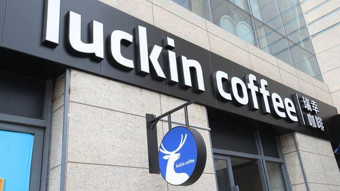 2019年7月12日、中国雲南省昆明市にある中国のコーヒー新興企業「ラッキンコーヒー」のカフェの様子。