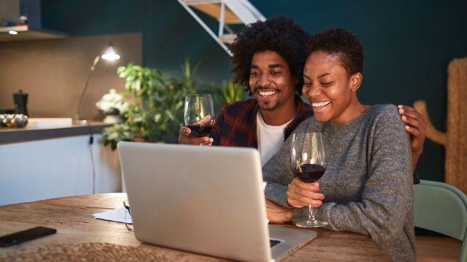 自宅でビデオ会議中の若いカップル