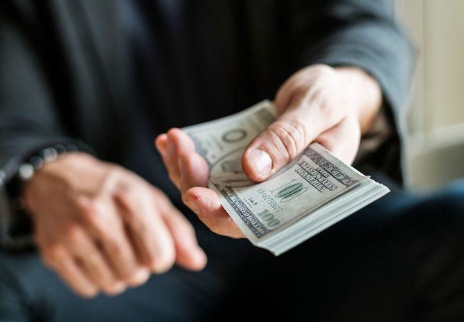 紙幣を手に持つ