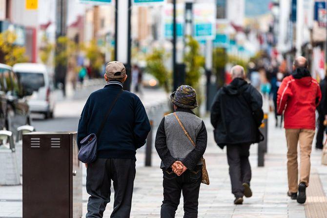 街にいる高齢者たち