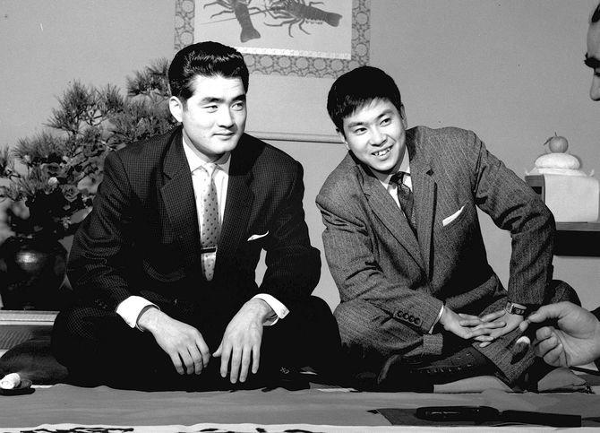 正月紙面用企画で並んで座る長嶋茂雄(左)と石原裕次郎=1958年12月22日