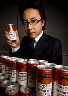 <strong>アサヒ飲料 小松秀児</strong>●マーケティング部コーヒーチームリーダー。1993年入社。首都圏支社新宿支店での営業を振り出しに、96年マーケティング部商品開発に移り、健康飲料を担当。その後は営業を経て、2004年から現在のコーヒーチームで活躍、08年1月現職に。「ワンダ」ブランド缶コーヒーを一手に仕切る。