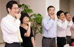 司会の柏木氏が合図すると全員が立ち上がり、お互いの顔をチェックできるよう向かい合う。