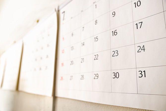 何も書かれていない白いカレンダー