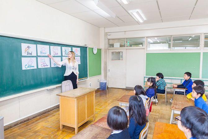 教室で英語を学ぶ子どもたち