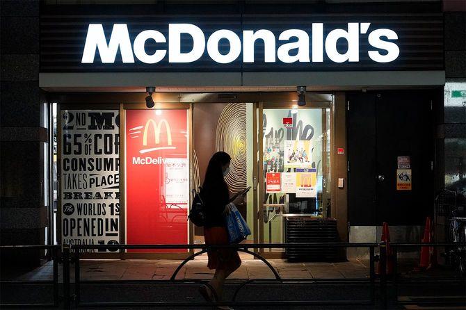マクドナルドの店舗。新型コロナウイルス感染拡大に伴う政府の緊急事態宣言延長を受け、国内全店で実施している店内飲食の休止措置を14日まで延長すると発表した(東京都)=2020年5月8日