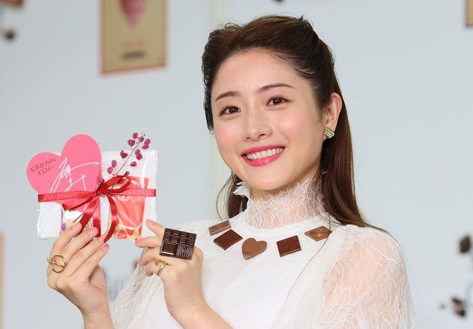 チョコレートの祭典「サロン・デュ・ショコラ2020」の前夜祭に出席した女優の石原さとみさん。本物のチョコレートをあしらった白いドレスで登場した
