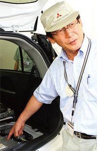 <strong>三菱自動車開発本部 EV・パワートレインシステム技術部担当部長 吉田裕明</strong>●1978年、岐阜大学大学院工学研究科を卒業後、三菱自動車入社。94年から電気自動車の開発に携わる。写真は研究の拠点となっていた愛知県の岡崎工場にて。