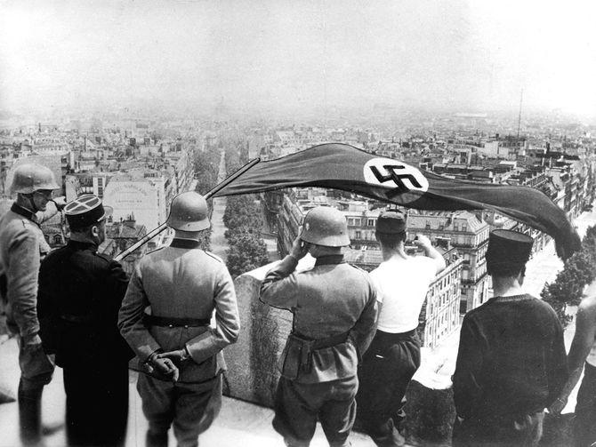 1940年6月、ドイツに占領されたパリ。ナチスのハーケンクロイツ旗が凱旋門の上に翻った(1940年6月 フランス・パリ)