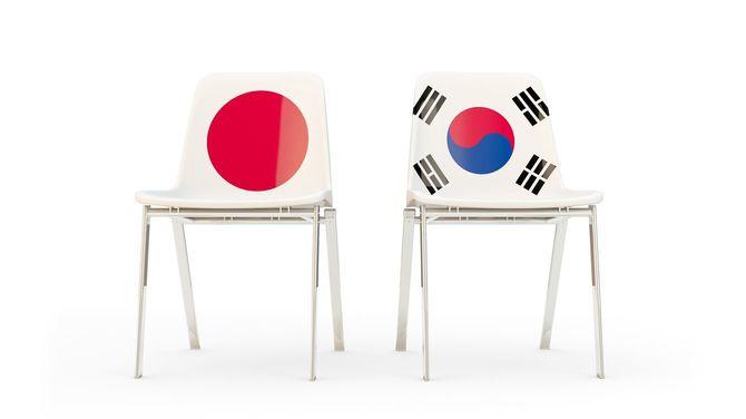 日本と韓国の国旗がプリントされた椅子がふたつ並んでいる