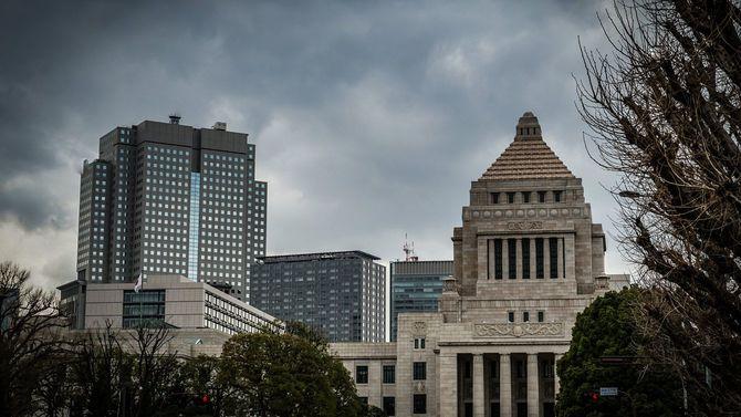 国会議事堂と曇り空